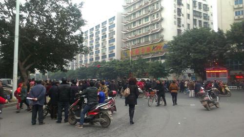 和平路口群众围堵,车辆不能通行