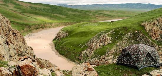 在动物学家带领下,考察队的志愿者借助船只进入峡谷。着陆之后,他们还要走进每一条山沟,登上每一个山头,仔细寻觅野生动物留下的蛛丝马迹。谷底海拔4300多米,高处山头海拔4600多米,陡峭的坡度、缺氧的环境,时刻考验着队员们的体能。烟瘴挂峡口是一处险滩,这也是长江中最靠上游的险滩。夏季,洪水季节来临,一般船只难以通过。1985年,探险家尧茂书正是在漂过这个险滩后为烟瘴挂命名的。考察队的帐篷四面都有观察孔。为让动物熟悉帐篷的存在,以获取它们的信任,帐篷需要提前几天搭建。观测期间,潜伏在帐篷中的队员不能使用烟火。
