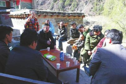 唐时胶下乡时与村民亲切交谈。