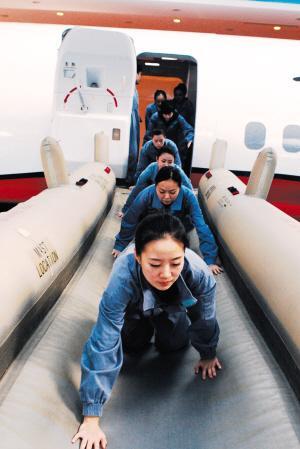 当飞机迫降在水面时,应急滑梯也可作为救生艇使用。