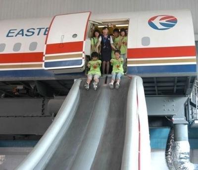 应急滑梯逃生应保持正确姿势