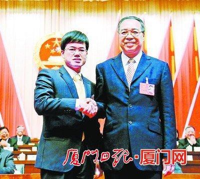 刘可清同志与裴金佳同志(左)亲切握手。(记者 梁伟 黄嵘 王火炎 摄)