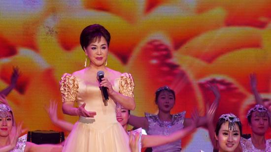 2015中国城市春晚李谷一演绎新歌《那山那溪》