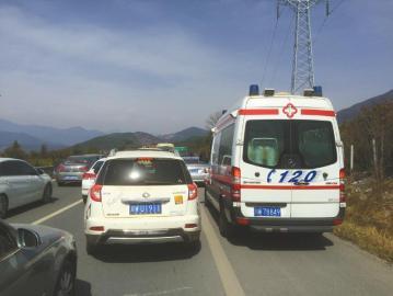 2月23日,一辆救护车被堵在雅西高速应急通道上。(网友供图)