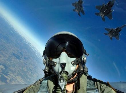 流言揭秘:战斗机飞行员在空中拉肚子咋办?