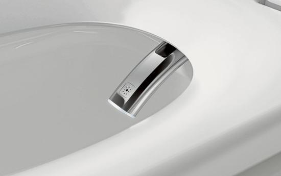 """配备4.3英寸超大触摸屏遥控器,支持手机触控,还能从内置音乐到无线乐库。其高效的智能电子双冲系统,2.3/4.8升用水量,可根据使用状态自动判 别大小水冲水。方便的时候,用户可通过遥控器来控制厕所的所有开关、水温及坐垫温度,该马桶采用""""无纸化""""办公,通过水流清洁臀部。其异味吸附力让所有和 脏有关联的东西均被锁在狭小的空间内。   这款拉风到爆表的马桶自然有个土豪的价格,售价为6650美元(约合41619元人民币)。"""