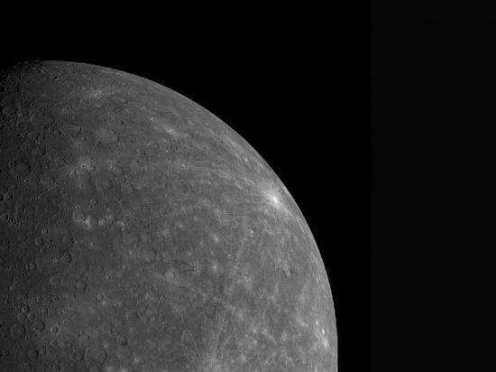 """水星黑暗表面成因:彗星碳尘""""漆""""上去的"""