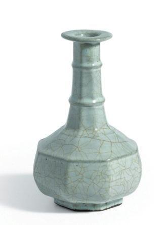 南宋官窑青釉八方弦纹盘口瓶。
