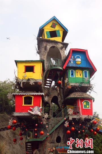 """图为有巴渝地区吊脚楼风格的""""树屋""""。戴璐 摄"""