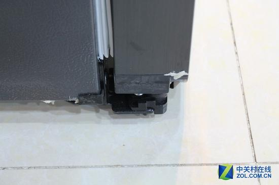 这台扎努西伊莱克斯(ZANUSSI) ZSE4392ZGA冰箱的额定日耗电量仅为0.87度,是国家一级能耗产品,对于容积为439L的电脑温控、风冷冰箱来说,能把能耗控制在1级,这样的节能效果十分不错! 冷藏室赏析:全透明设计 内饰通透   扎努西伊莱克斯ZSE4392ZGA冰箱的冷藏室容积为284L,箱内采用全透明设计,内饰通透,食物放置一目了然。拥有四层钢化玻璃搁板,高度在这里不能够自主的进行调节,这一点显的不太人性化;在层架的咬合设计方面,这台扎努西伊莱克斯ZSE4392ZGA冰箱可谓下足了功夫,
