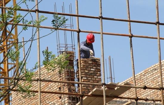 戴着安全帽的建筑工人在工作中(网络图)