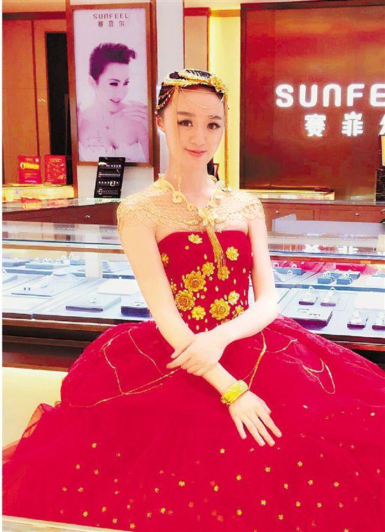 5公斤重金婚纱亮相金华 黄金含量高达999.9‰