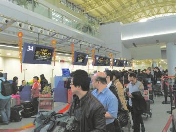 成都双流机场,飞往阿布扎比航班的值机柜台.