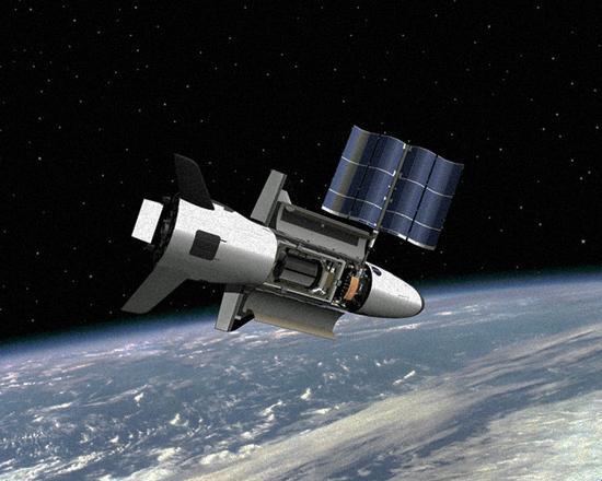 图2.-X-37B在轨运行想象图,内部可安装太阳能电池板和有效载荷,执行的任务多样化1