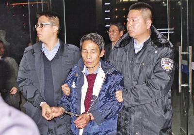 张样喜被缉捕人员押往弋阳县公安局(资料图)