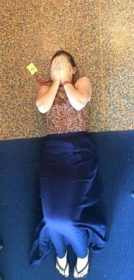 该女子日前走进一间房间时,竟发现身穿碎花上衣配蓝色长裙的自己与地板的配色完全一样,让她当下感到相当尴尬与意外。