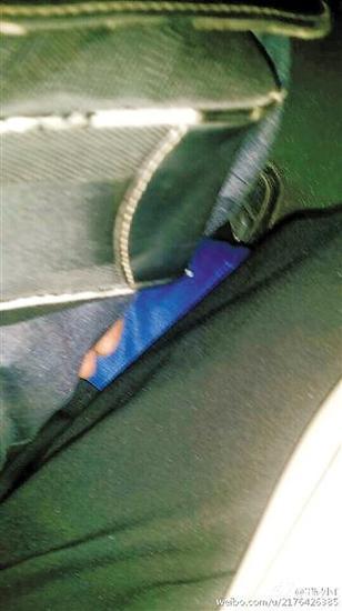 在464路公交车上装睡的男子,和他从大腿下伸出的咸猪手。