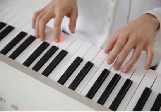 the one:这个钢琴能教你弹钢琴
