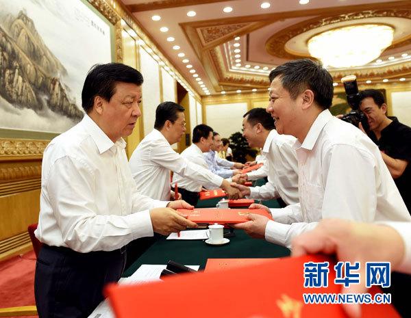 6月30日,中共中央政治局常委、中央书记处书记刘云山在北京人民大会堂出席全国优秀县委书记表彰会议并讲话。这是刘云山为受表彰的优秀县委书记颁发证书。新华社记者饶爱民摄