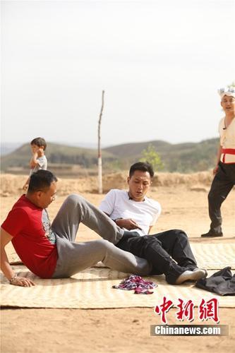 刘烨胡军《爸爸3》搭档同穿一条裤子(图)