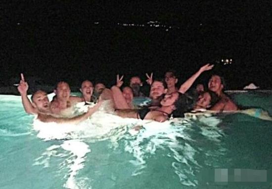 吳雨霏婚後大解放 着三點式泳裝秀好身材