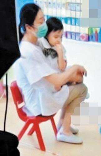 刘德华3岁女儿近照曝光依偎妈妈怀中娇小可爱(图)