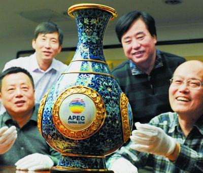 《四海升平》景泰蓝赏瓶由中国七位国家级、北京市工艺美术大师联手创作,以藏于北京故宫博物院的霁红釉玉壶春瓶为原型,实现了传统和创新的融合。