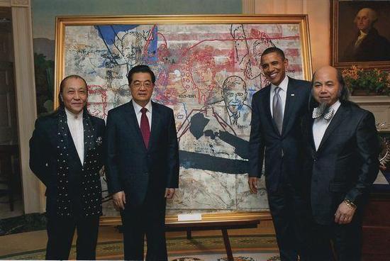 图为胡锦涛、奥巴马和《八位美国总统和长城》的作者周氏兄弟在油画前合影。