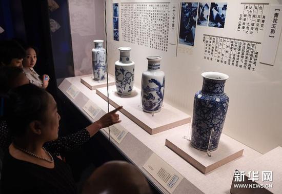 7月14日,观众在观看清康熙御窑瓷器。