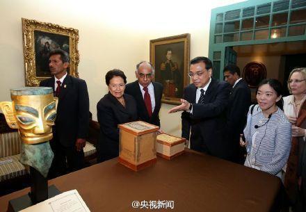 李克强赠秘鲁博物馆三星堆黄金面具复制品