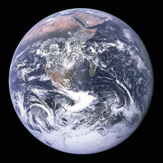 7月21日,NASA放出新地球自拍照。这张照片拍摄于距离地球100万英里(约合161万公里)的外太空轨道。可能很多人会马上联想到中学地理课本上那幅很著名的地球全景照蓝色弹珠,事实上那是阿波罗17号太空船于1972年12月7日在距离地球2.8万英里(约合4.5万公里)的地方拍的照片。不过和现在比起来,无论距离还是清晰度已经是小巫见大巫。   161万公里是什么概念呢?地球到月球的距离为38万公里,也就是说足够地月来回两次,光线从地球反射到卫星镜头里要5秒钟。虽然相比1972年那张照片更远了,但由