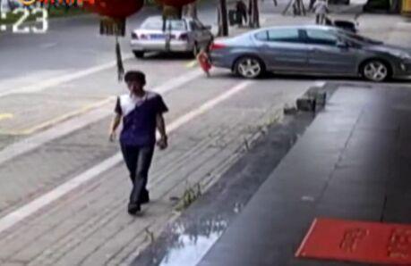 晋江两岁男孩被车碾过 又坚强地爬起来了