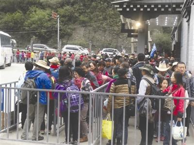 游客在稻城亚丁景区排队上车 余光荣 摄