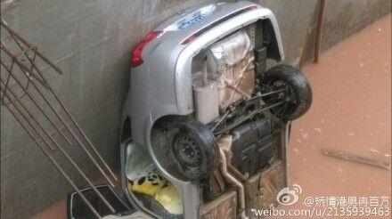 女子疑用私家车练车倒插入深沟