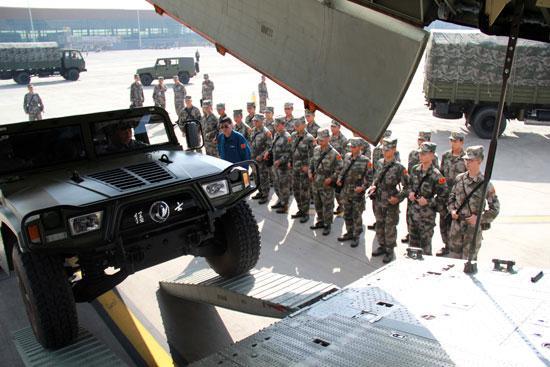 第14集团军某防化团60名官兵飞赴尼泊尔抗震救灾