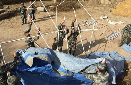 兰州军区某防化团为临洮震区搭建帐篷拆除危房