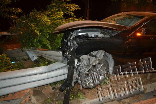 小车被撞报废,司机却奇迹生还