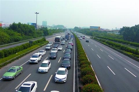 昨日中午,广佛高速公路往西方向出现数公里车龙,往广州方向车辆