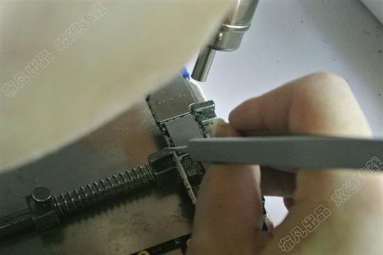 先热风枪把硬盘四周的原厂胶扣掉
