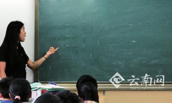 北大女生云南支教 带黄瓜和安全套上性教育课