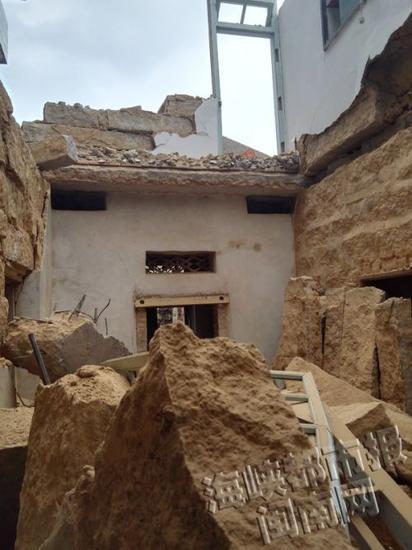 拆除石头房 楼板突然断裂坍塌