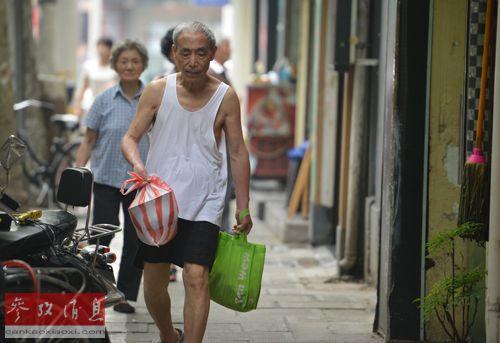 近年来,老人晚年孤独问题已引起中国政府高度关注,经修订的《老年人权益保障法》自7月1日正式实施。图为