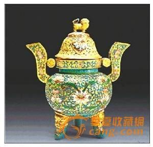 中国自古有香炉焚香之习俗,古人焚香很多,所以香炉的用途很广,除了礼仪环境所需要用的熏衣外,还是书斋里便于诵阅、有益于理解及记忆的文玩清供。
