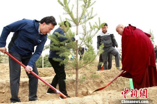 """图为青海省海东市党政领导与宗教界人士一起参加植树造林""""大会战""""。 张添福 摄"""