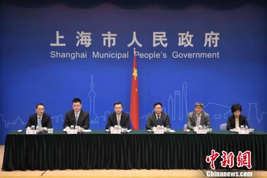 """上海市政府12日举行新闻发布会,介绍上海市《全面推进""""一网通办""""加快建设智慧政府工作方案》。 申海 摄"""