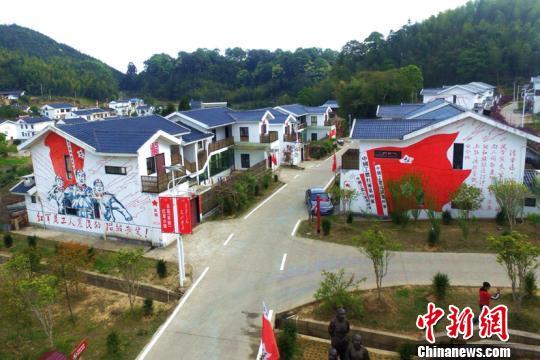 在吴地村,红军旗帜沿途招展,红军标语刷满白墙。 王东明 摄