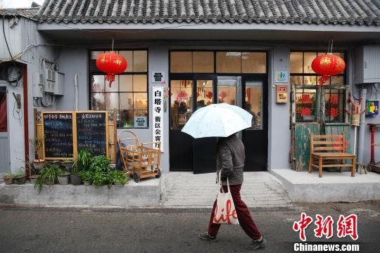 """老舍笔下北京""""最美大街""""——阜成门内大街一期升级改造工程已经完工。一条充满人文气息的生活老街亮相。 韩海丹 摄"""