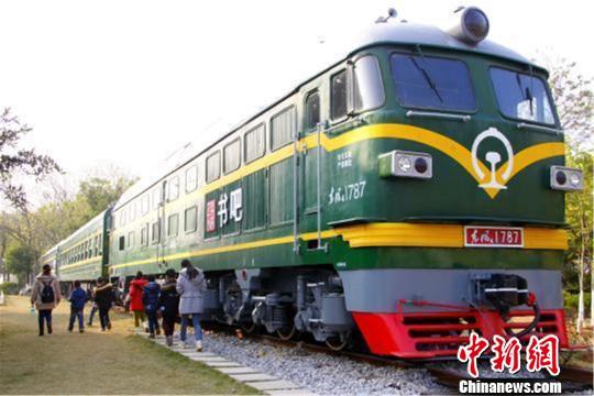 """柳州工业博物馆内绿皮车改造的""""24小时书吧"""" 资料图 摄"""