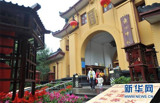 (游客走出桂林市独秀峰王城景区大门。新华社记者陆波岸摄)