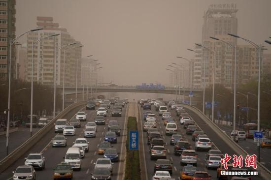 资料图:2018-06-22,雾霾沙尘齐聚北京。 中新社记者 杜洋 摄